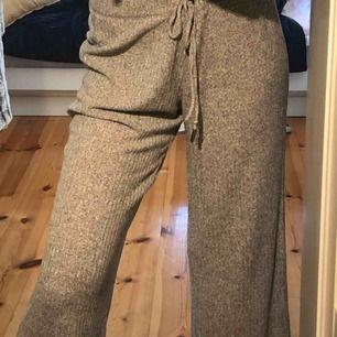 Sköna, mjuka och svala mjukisbyxor från abercombie. Säljer pga för korta. Midjan går att dra åt ifall man är en S-M
