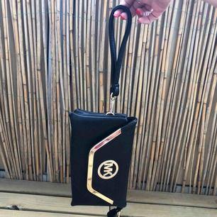 Plånbok/handväska, aldrig använd! Kan mötas upp i Malmö men även frakta, köparen står för frakten!:)