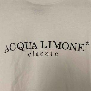 Säljer en Aqua Limone tröja (fake) men ser äkta ut. Tröjan är i fint skick och använd fåtal gånger. Möts upp i Örebro, annars står köparen för frakten🍋