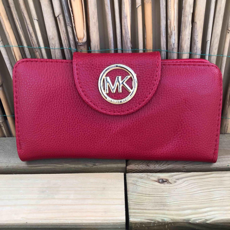 Plånbok, oanvänd! Kan mötas upp i Malmö men även frakta, köparen står för frakten!:). Väskor.
