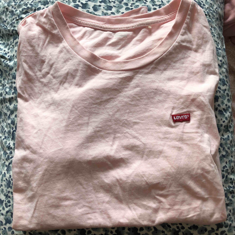 t-shirt från levis använd ett fåtal ggr å säljs pga att jag inte tycker att jag passar i den💕 köpt för 250kr frakt och pris kan diskuteras✨ helt perfekt passform. T-shirts.