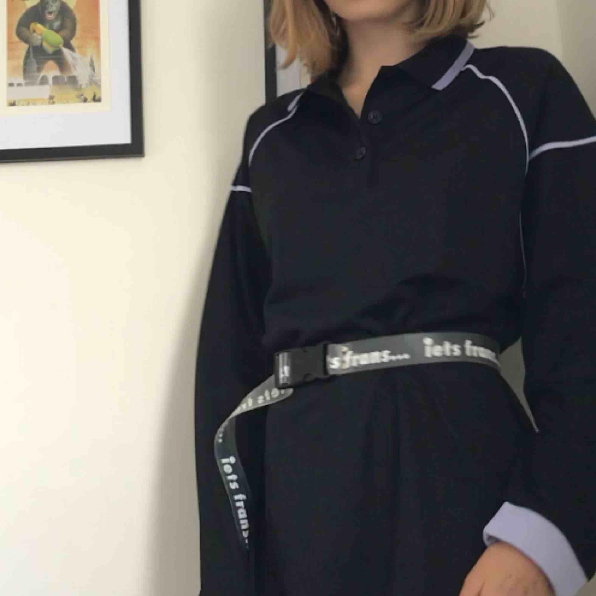 En cool svart klänning med lila detaljer från collusion   Bara använts 1-2 gånger. Klänningar.
