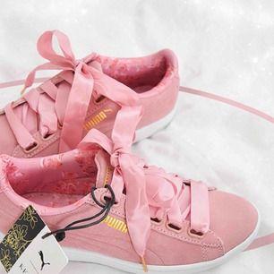 Rosa Puma skor från Kenzas puma kollektion.  Fåtal gånger använda. Storlek 38. Till skorna har jag extra skosnören som är helt nya som följer med 🌺