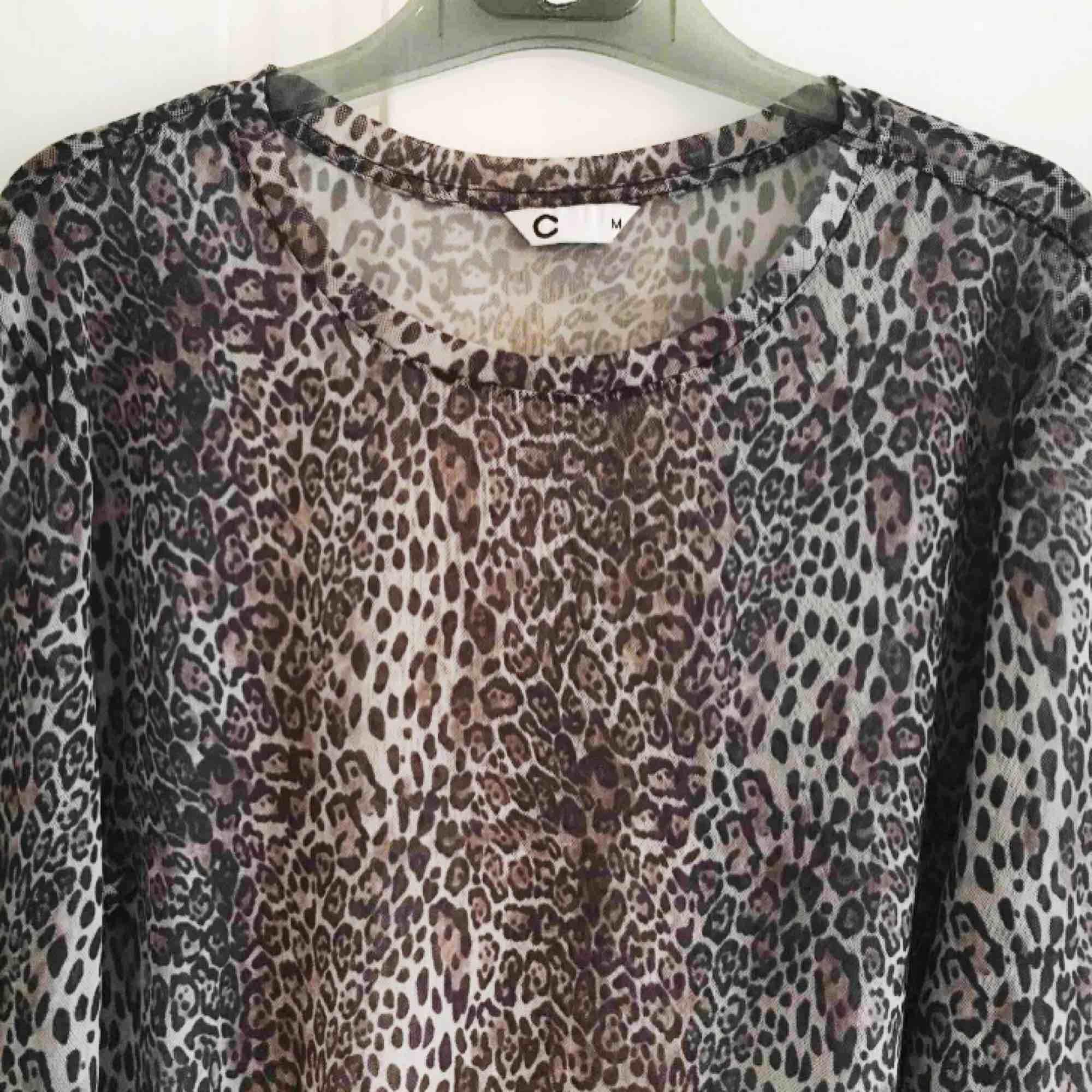 Transparent mesh-topp med långa ärmar i leopard-mönster. Stl M. I fint skick!. Toppar.