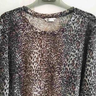 Mesh-topp med långa ärmar i leopard-mönster. Stl M. I fint skick!