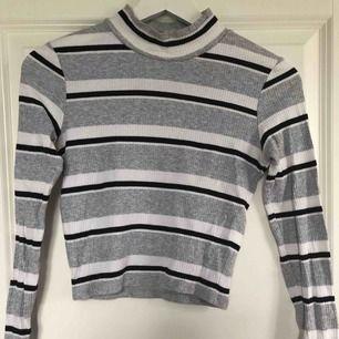 Randig tröja med en liten polokrage🥰