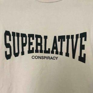 Säljer en super fin vit T-shirt från wesc. Använd max 3 gånger så i fint skick. Möts upp i Örebro, annars står köparen för frakten💓