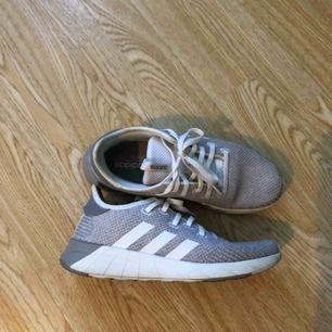 Adidas skor med foam sula. Storlek 38. Använd som inneskor på jobbet fåtal gånger men tyvärr passar de inte mig. 🍁🍂