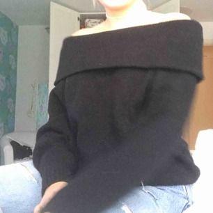 En skön stickad varm tröja som är ofshoulder. Är i bra kvalité då den nästan aldrig är använd.