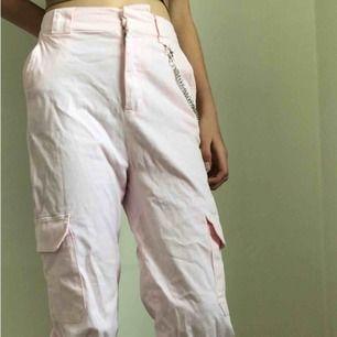Ett par snygga rosa byxor från pull&bear  Det finns en cool kedja på sidan av byxorna Bara använts 2 gånger I jättebra skick