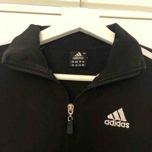 Säljer en super snygg adidas sweatshirt med dragkedja då jag ej använder den. Möts upp i Örebro, annars står köparen för frakten💯