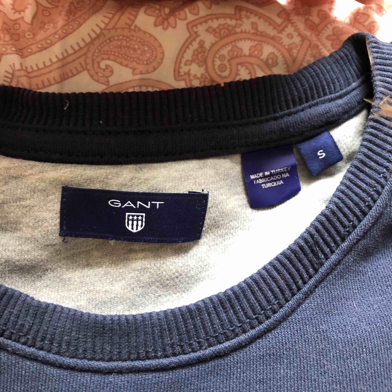 säljer min ganttröja som nästan aldrig är använd pga att jag inte känner att den är min stil✨ köpt för ca 700kr å pris och frakt kan diskuteras😊. Huvtröjor & Träningströjor.