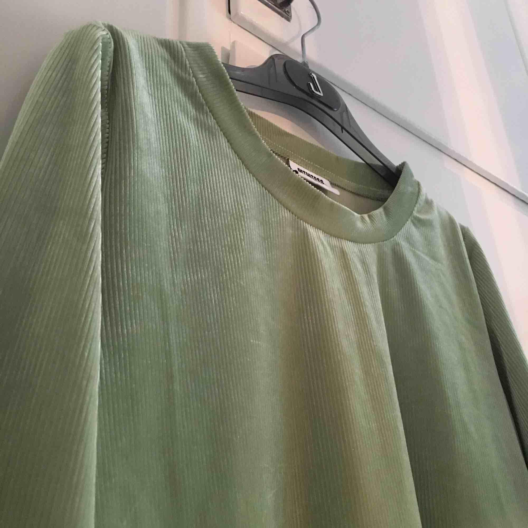 Ljusgrön sammetströja från Weekday. Knappt använd, i bra skick!. Toppar.