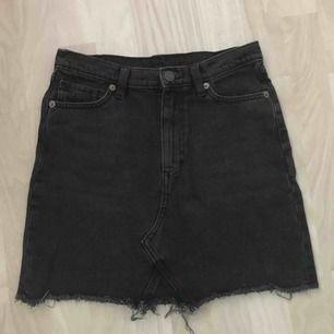 En vanlig svart jeanskjol. Bra kvalité då jag endast använt den typ två gånger. Säljs pga för liten.