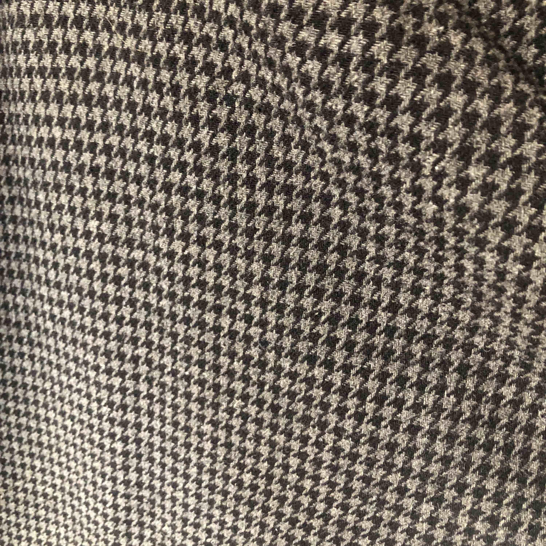 supersnygg kappa eller rock!! ett hål i ena fickan men som går att sy igen om man vill det🖤 frakt tillkommer. Jackor.