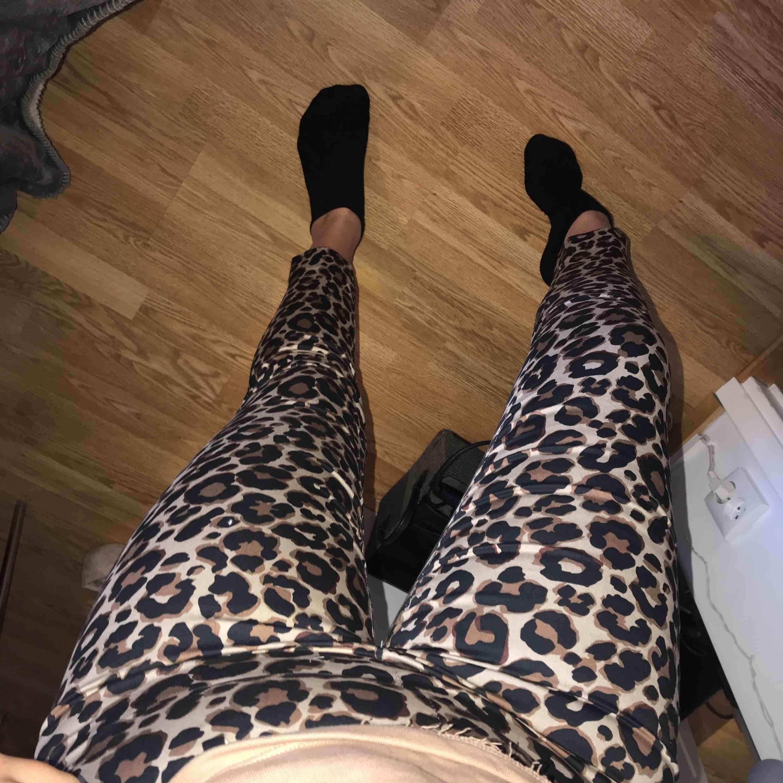 Coolaste byxorna! Säljer dessa för jag tyvärr inte fått användning för dom, så balla verkligen! Har en dragkedja i sidan & stretchigt material. Storlek 36.. Jeans & Byxor.