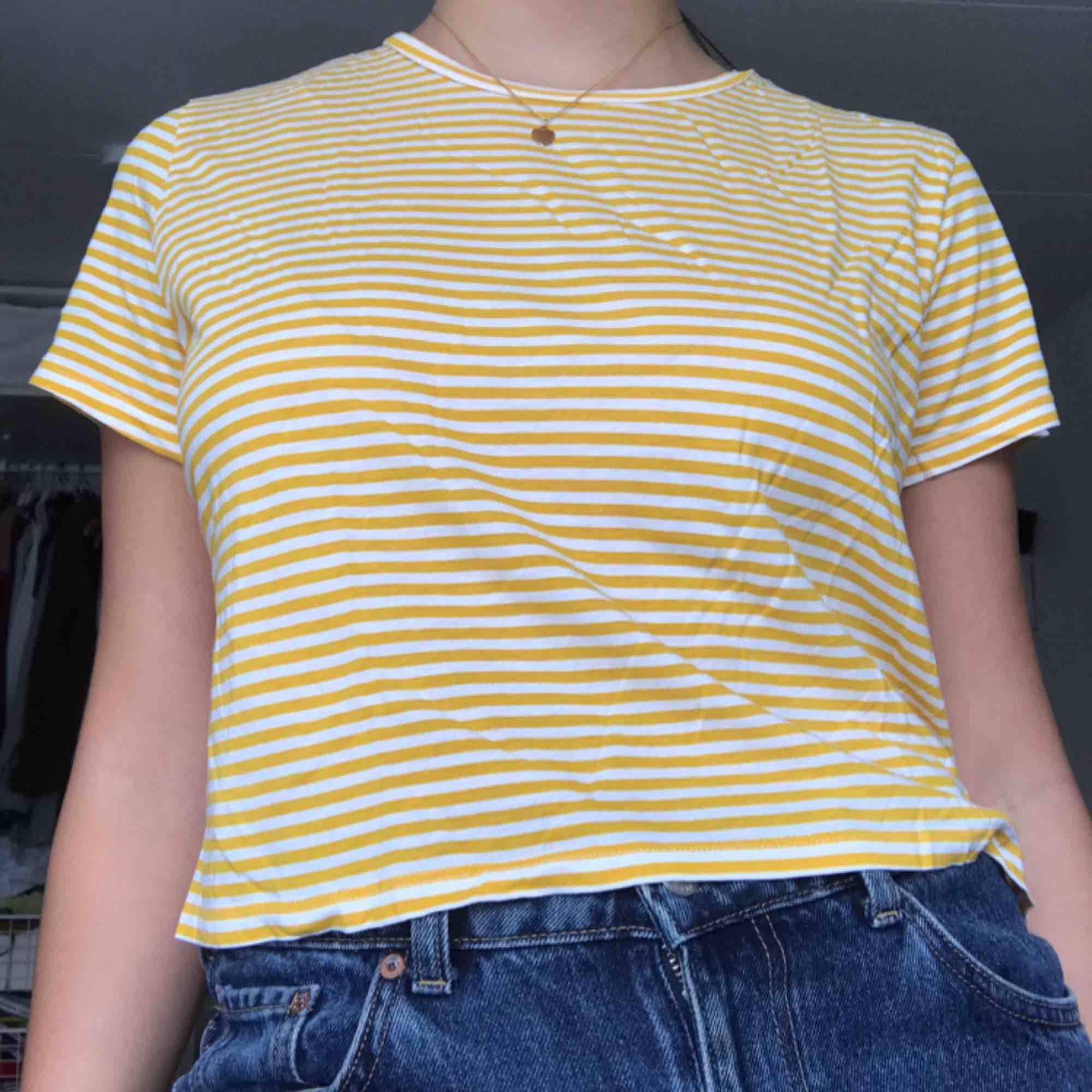 Väldigt fin randig gul tröja ifrån Monki! Köparen står för frakten<3. Toppar.