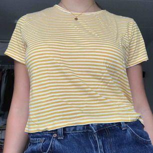 Väldigt fin randig gul tröja ifrån Monki! Köparen står för frakten<3