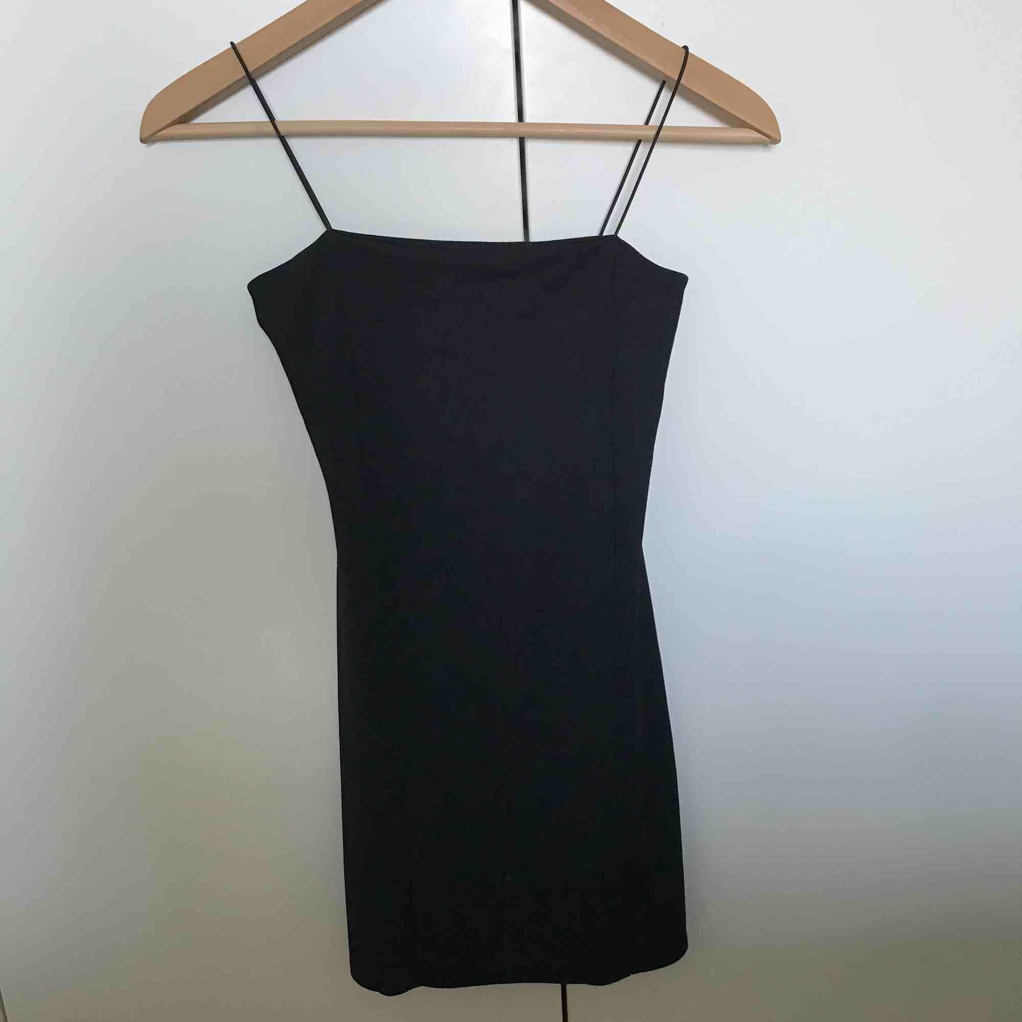 En snygg svart klänning från boohoo Använts 2 gånger Bra skock. Klänningar.