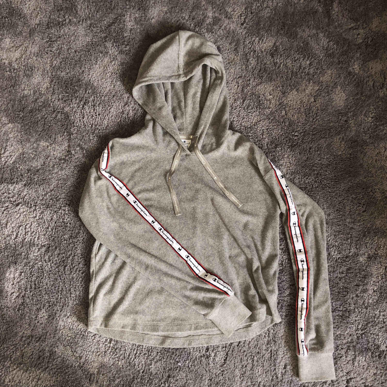 En väldigt skön sweater/hoodie från Champion! Använd endast ett fåtal gånger. Storlek M men funkar absolut som en S!. Huvtröjor & Träningströjor.