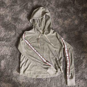 En väldigt skön sweater/hoodie från Champion! Använd endast ett fåtal gånger. Storlek M men funkar absolut som en S!