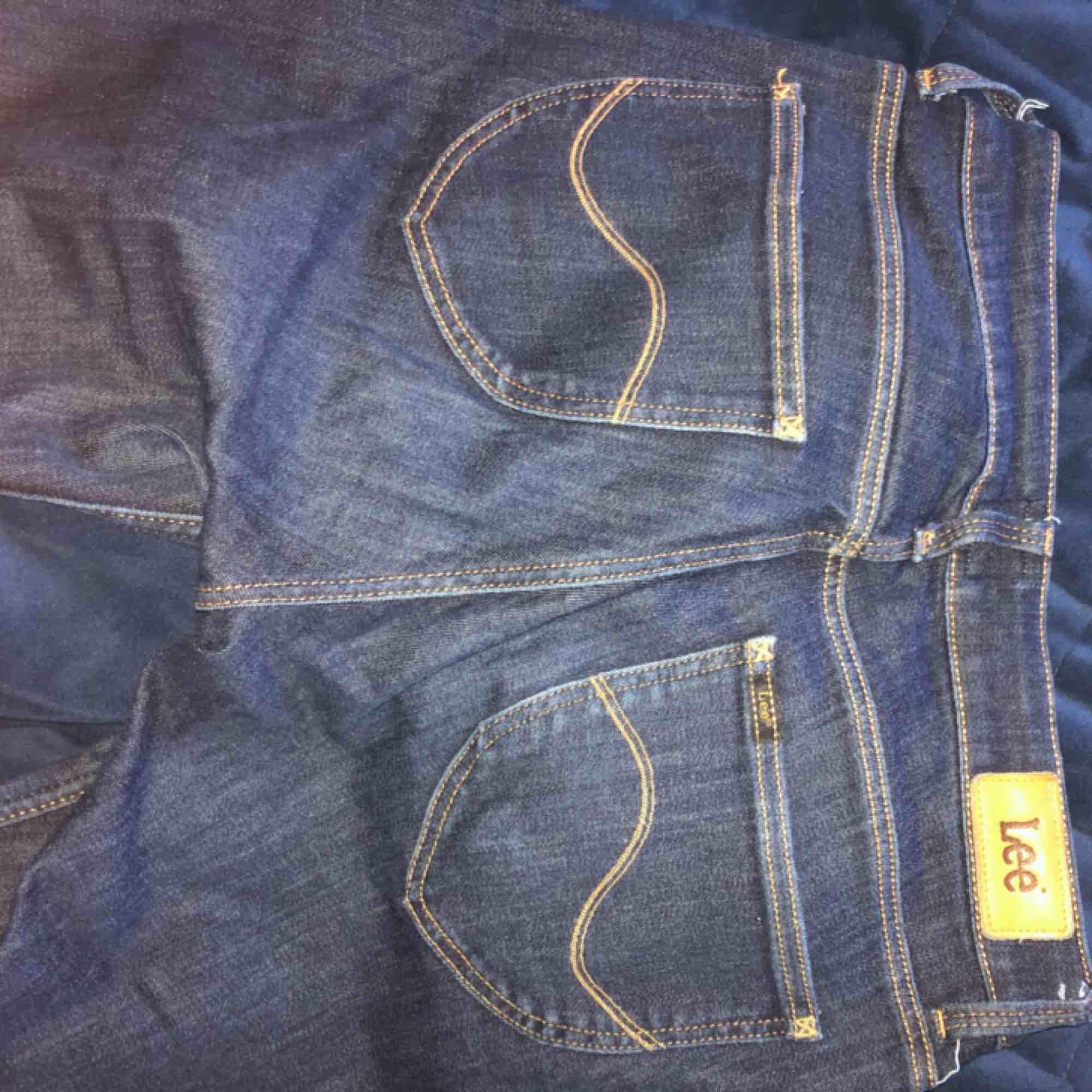 Mörkblå tajta jeans från lee! Modellen heter scarlett. . Jeans & Byxor.