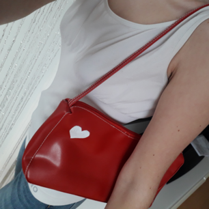 Supersöt väska köpt här secondhand! Denna blir du garanterat ensam om med sitt unika vita ditmålade hjärta som detalj♡ Frakt: 63:- Spårbart. Jag sänker inte priset. Köp innan 1Nov! Jag flyttar det datumet.