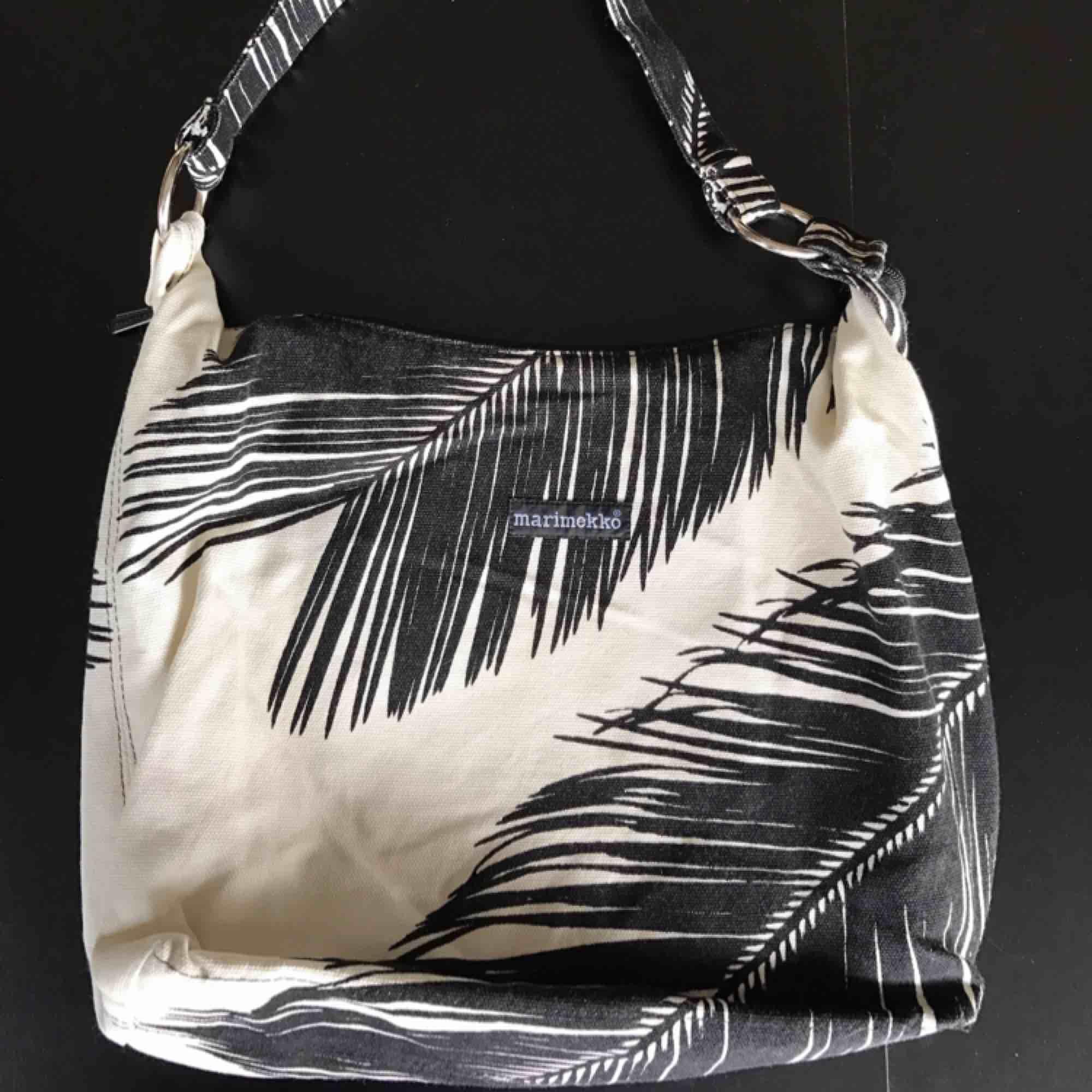 Cool väska från Marimekko i svart vitt! Säljaren står för frakten<3. Väskor.
