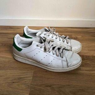Adidas stan Smith vita sneakers, lite småskråmor, men har mycket kvar att ge!