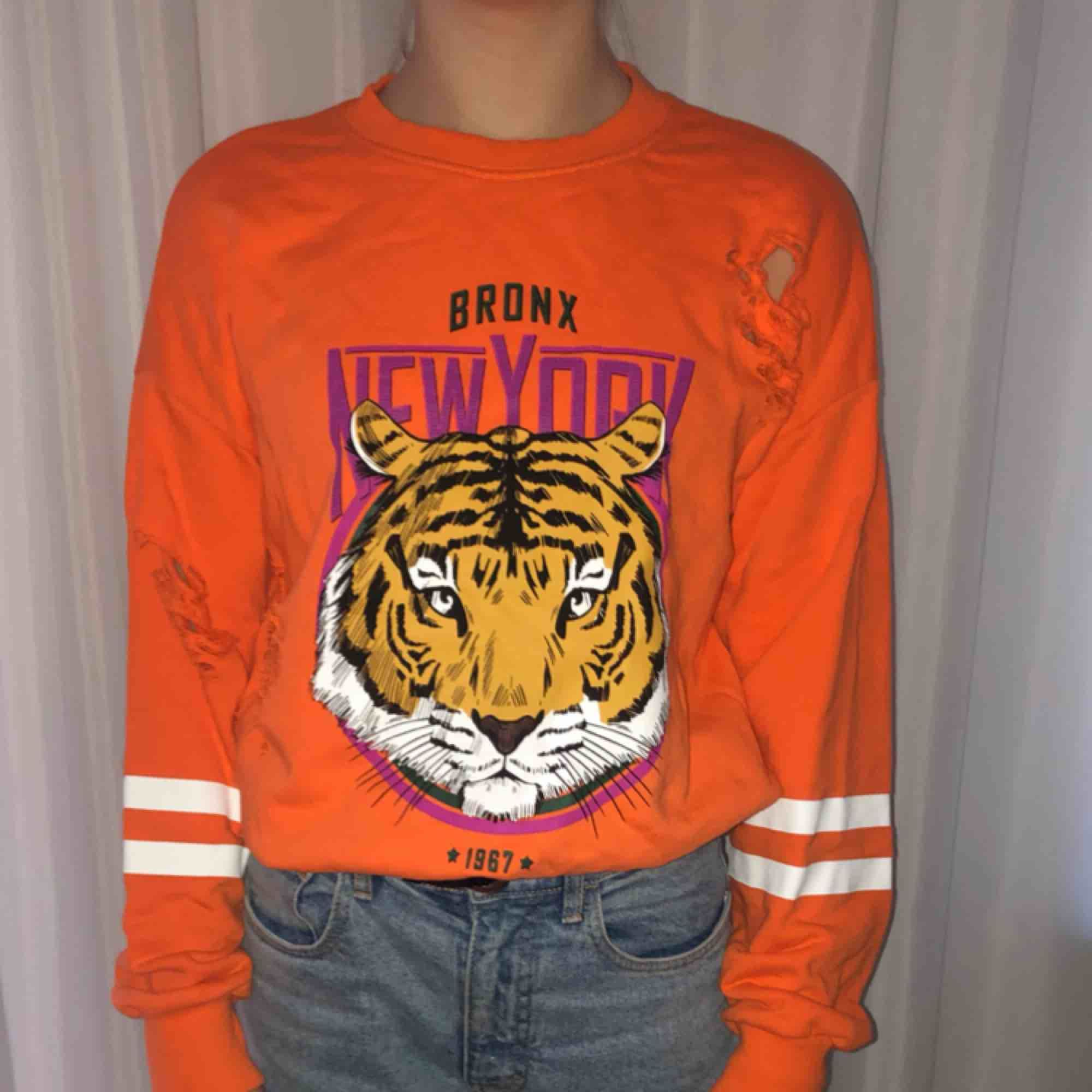 Sweatshirt men hål i från Gina tricot Storlek XS Kan mötas i Stockholm, annars betalar köparen för frakten . Huvtröjor & Träningströjor.