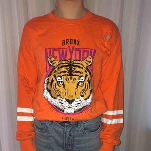 Sweatshirt men hål i från Gina tricot Storlek XS Kan mötas i Stockholm, annars betalar köparen för frakten