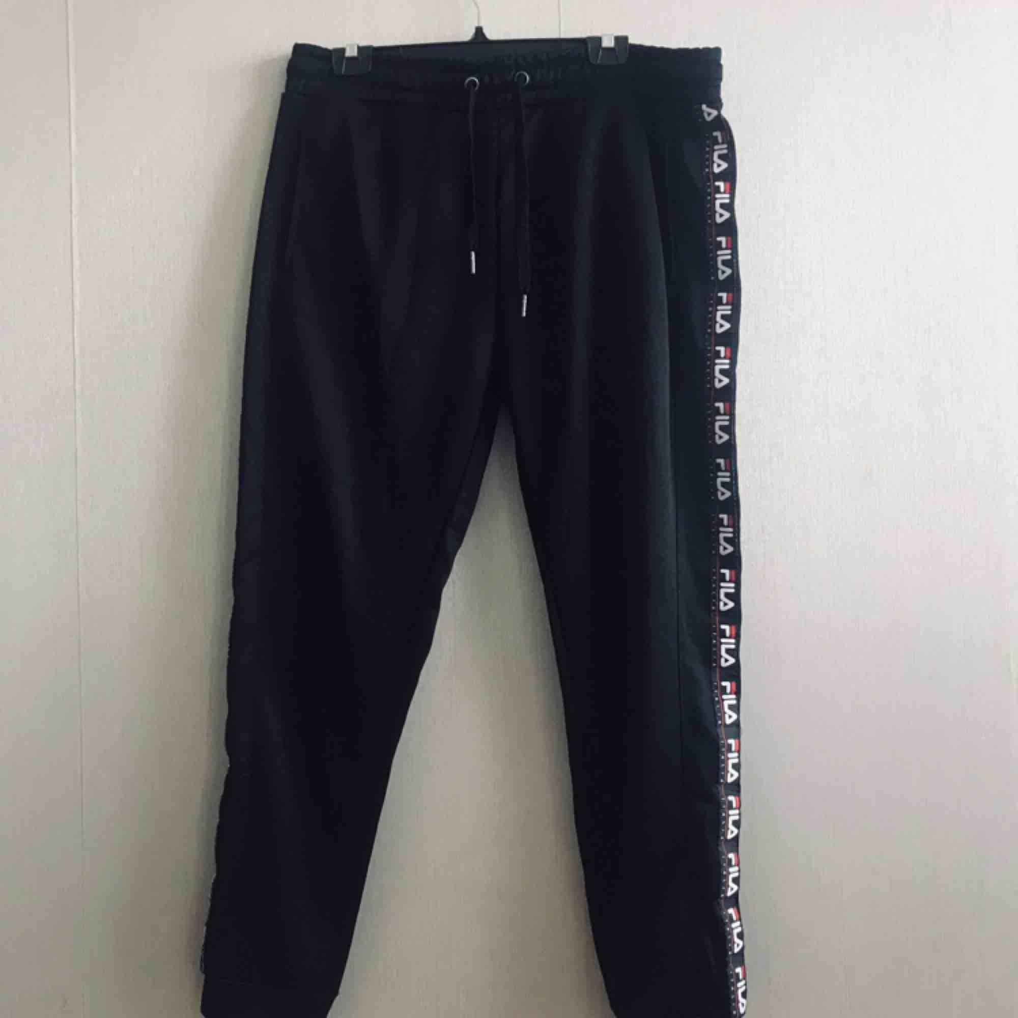 Mycket sköna och stilrena byxor! Säljer pga av att dom inte passat mig. Oanvända!. Jeans & Byxor.