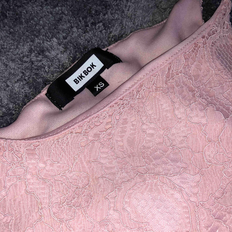 Gulligt ljus/baby-rosa spetslinne (inte seethrough) från Bikbok. Storlek XS men skulle mer säga att det är en S!. Toppar.