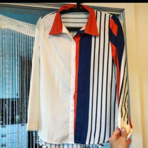 Skitsnygg sval skjorta från Spanien. Frakt: 42:- Postens S-emballage. Jag sänker inte priset. Köp innan 1Nov! Jag flyttar det datumet.