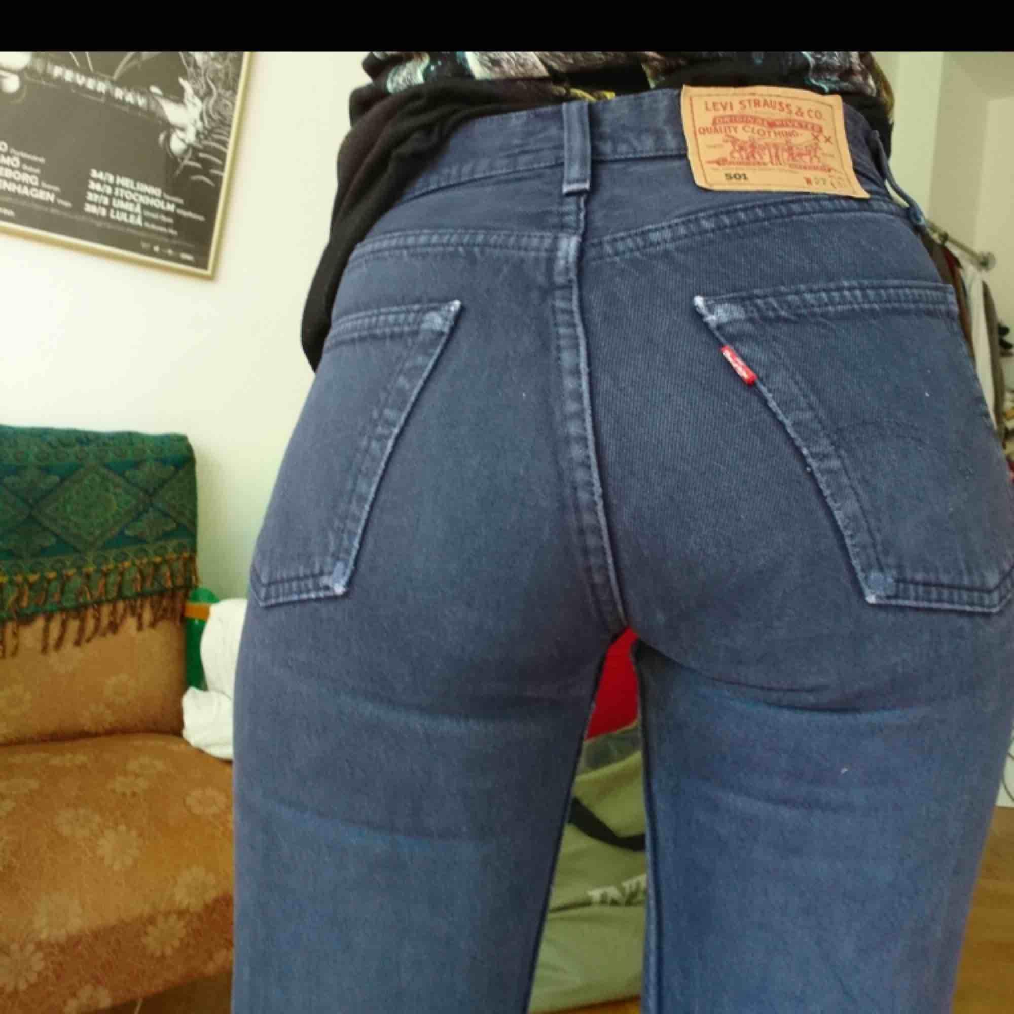 Köpta här på plick(sista bilden är hennes) tyvärr lite långa för mig som är 1,60. Skulle säga är 25 i midjan. jeansen är i den klassiska 501 modellen. Frakt tillkommer😊  Kontakta mig vid frågor eller fler bilder🥰. Jeans & Byxor.