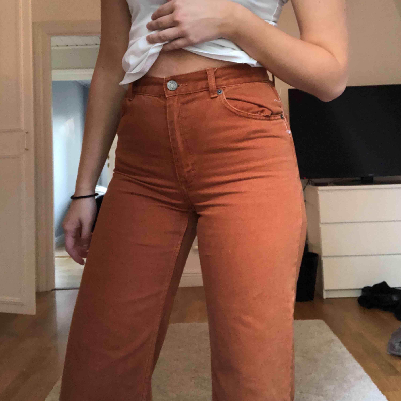 Ett par snygga jeans ifrån monki. Aldrig använda då de är fel storlek för mig. Skulle säga att dem passar en S. Köparen står för frakten💕. Jeans & Byxor.