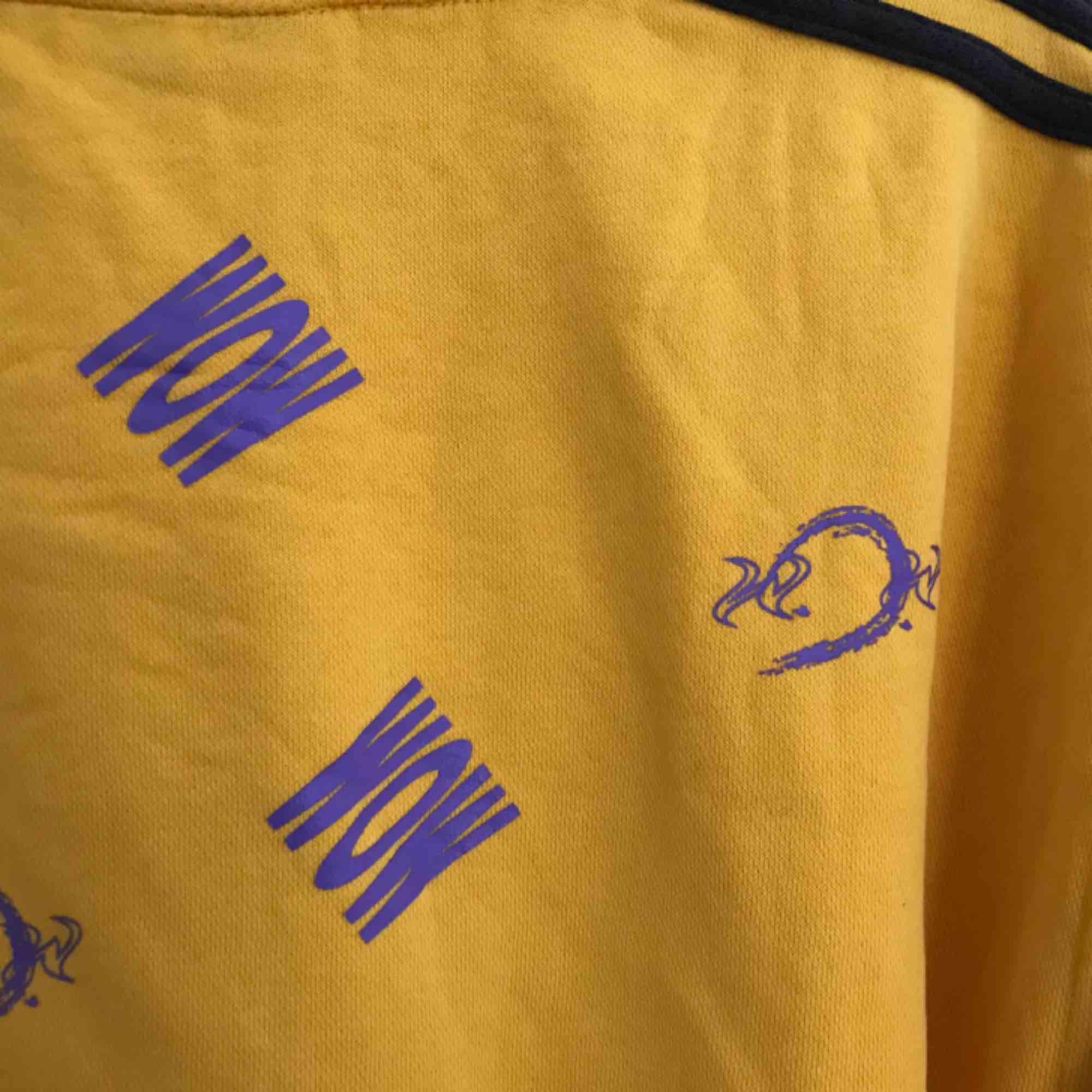 Cool Adidas-sweatshirt! Köpt på Way Out West för 2/3 år sedan (ett samarbete med Humana) men inte använd mycket alls. Hyfsat stor, men sitter snyggt som oversized.   Priset kan diskuteras. Kan mötas upp i Göteborg, annars står köparen för frakt❤️. Huvtröjor & Träningströjor.