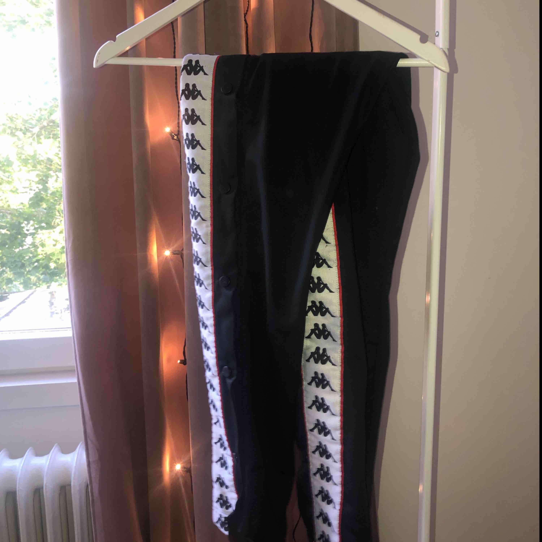Ett par snygga Kappa popper pants i super fint skick. Säljer då dem aldrig kommer till användning. Köparen står för frakten🥰. Jeans & Byxor.