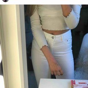 Vita bikbok jeans strl xs⚡️⚡️💓 Använt 1 gång på ett skolfoto