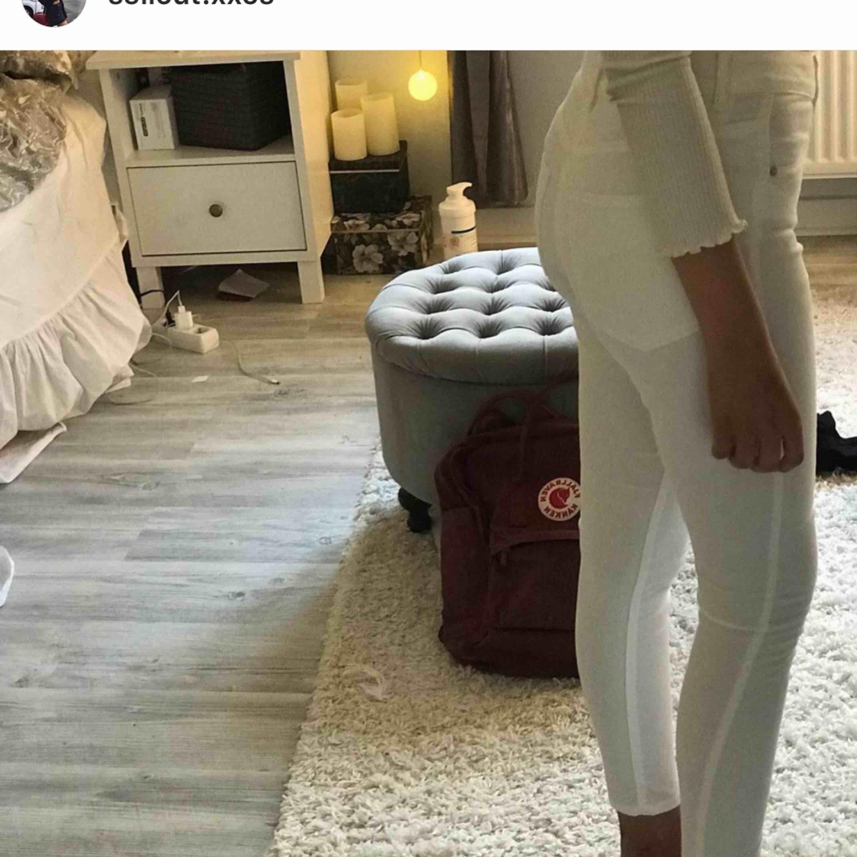 Vita bikbok jeans strl xs⚡️⚡️💓 Använt 1 gång på ett skolfoto. Jeans & Byxor.