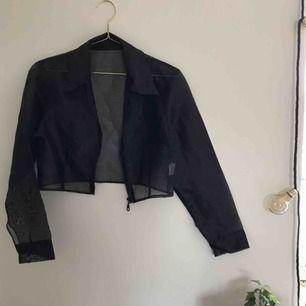 Jättehäftig croppad jacka/skjorta. Genomskinlig! Köpt på Humana Second Hand men aldrig använd.  Pris kan diskuteras. Kan mötas upp i Göteborg men köparen står för frakt!❤️