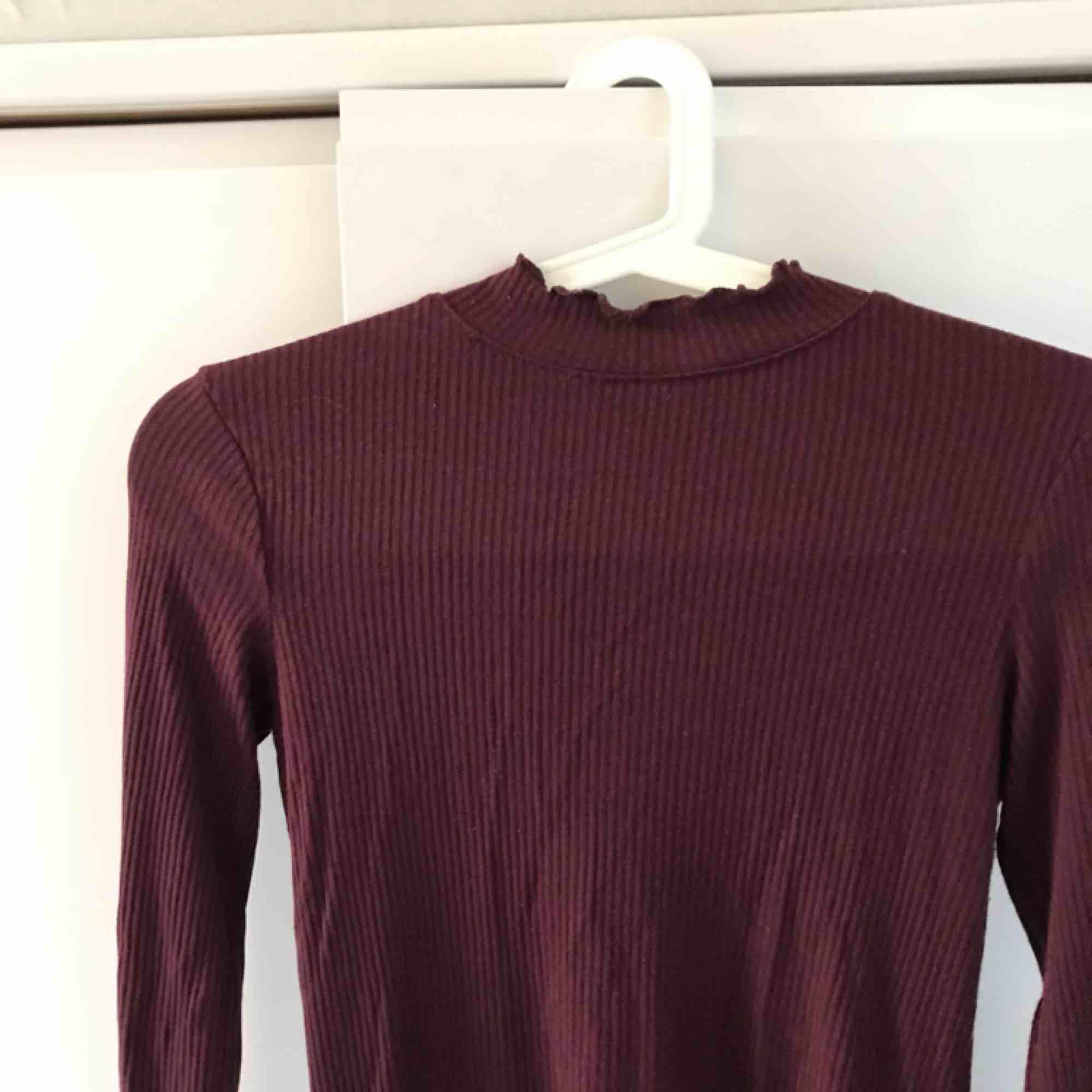 Ribbad vinröd tröja . Tröjor & Koftor.