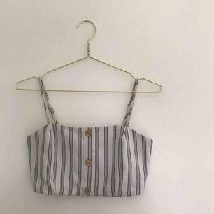Randigt, kort linne från Pull & Bear. I princip aldrig använt.   Pris kan diskuteras. Kan mötas upp i Göteborg men köparen står för frakt!❤️