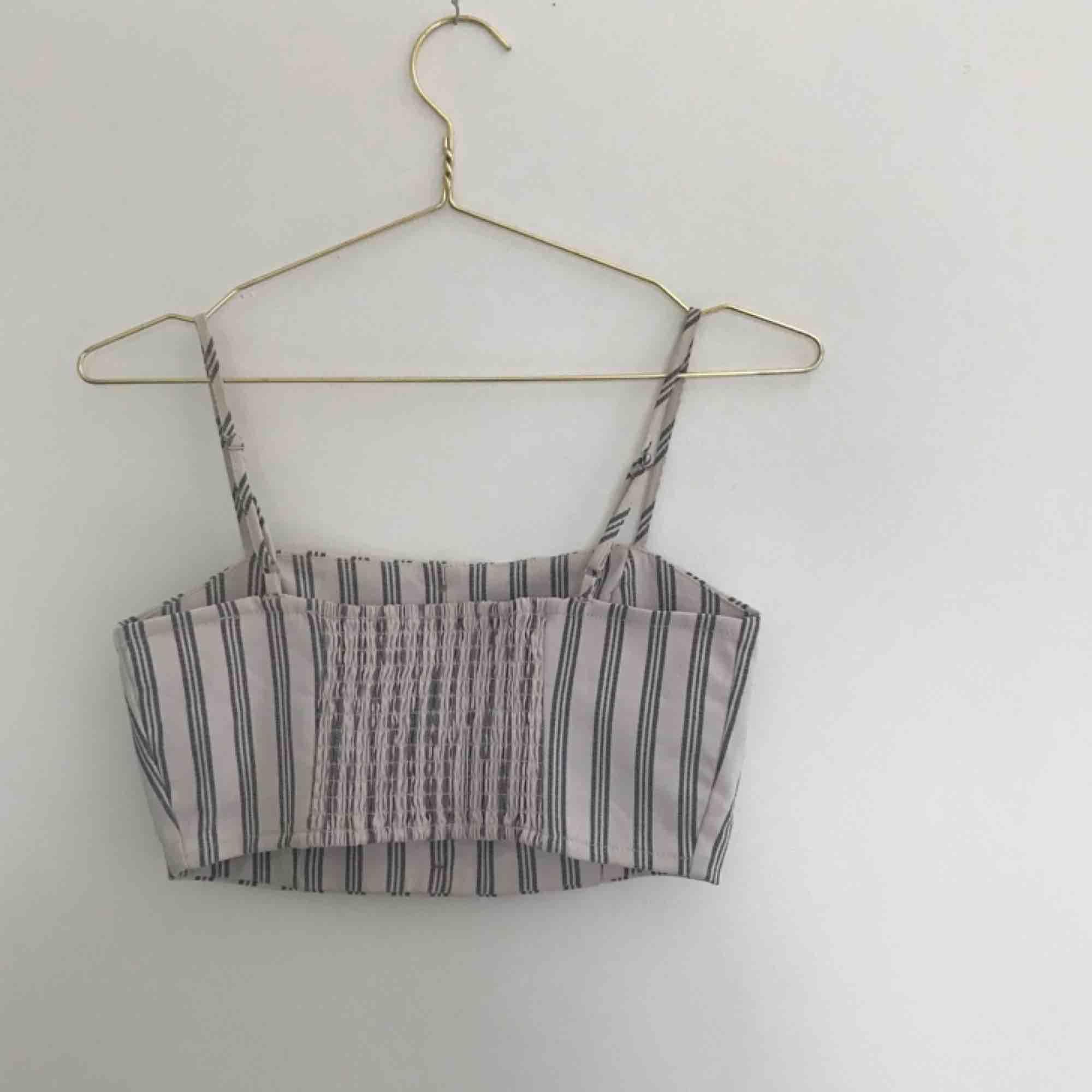 Randigt, kort linne från Pull & Bear. I princip aldrig använt.   Pris kan diskuteras. Kan mötas upp i Göteborg men köparen står för frakt!❤️. Toppar.