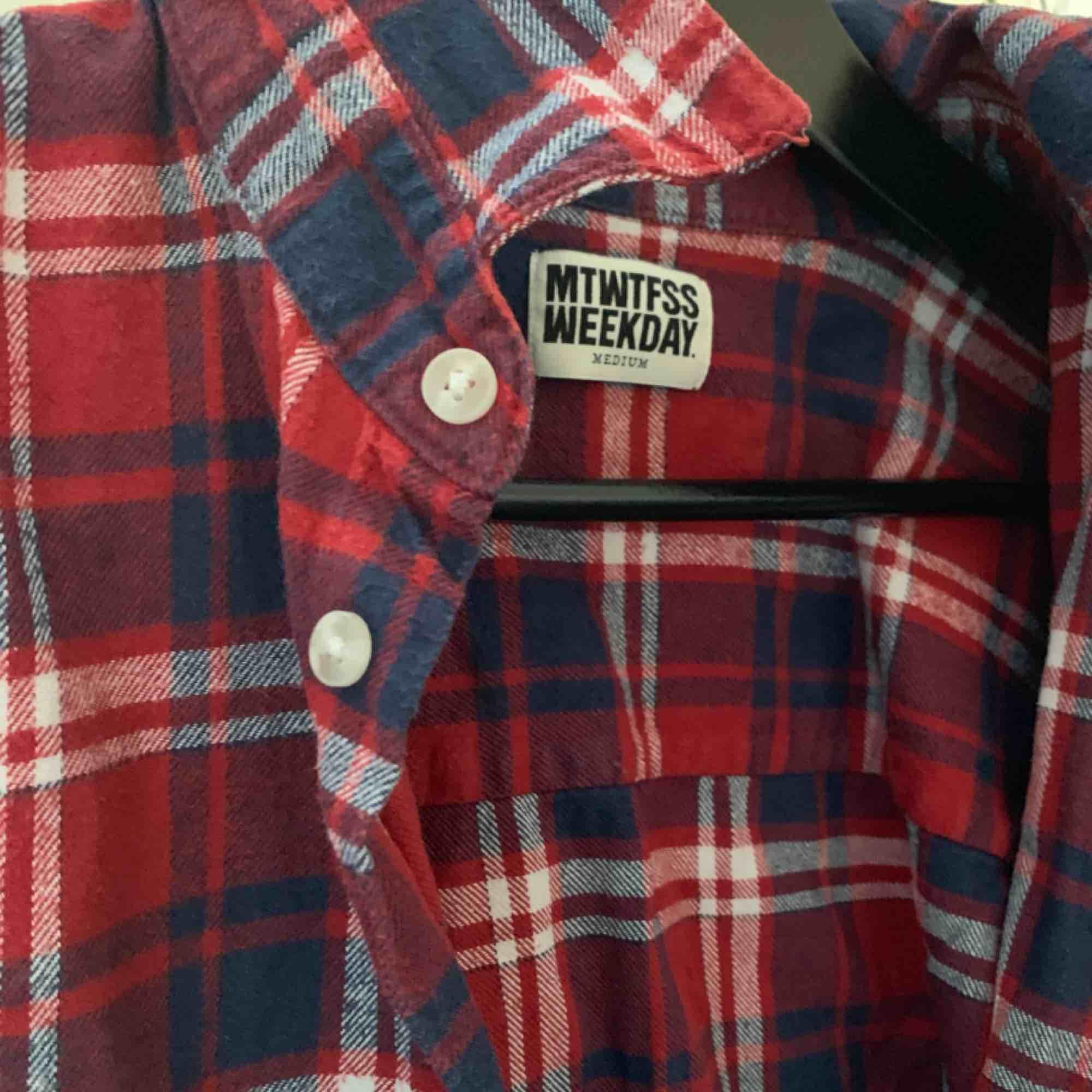 En röd skjorta från weekday! Bra skick! . Skjortor.