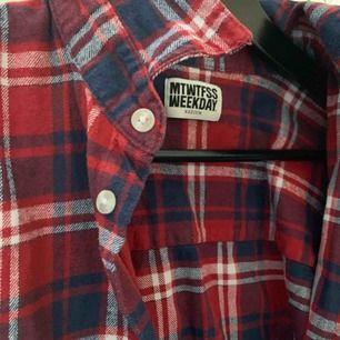En röd skjorta från weekday! Bra skick!