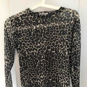 Seethrough leopard tröja som kräver något linne eller liknande under, stretching😊