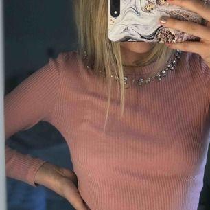 Super snygg rosa ribbad tröja med diamanter oanvänd ifrån hm⚡️⚡️⚡️💓