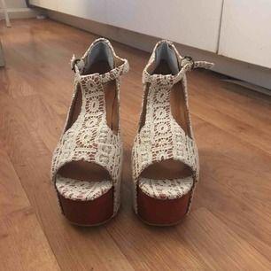 Äkta Jeffrey Campbell skor med spets, storlek 37. Supersköna! Använda en gång! Säljes pga fel storlek.