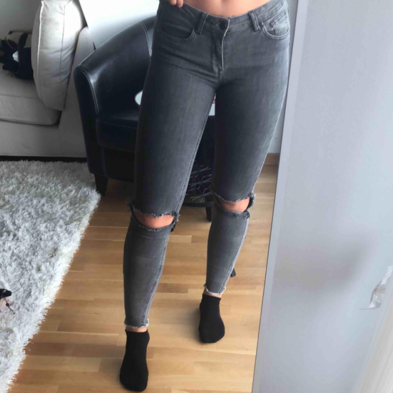 Säljes jättebilligt pga hål som ni ser på bild 3 på båda sidorna.. Jeans & Byxor.